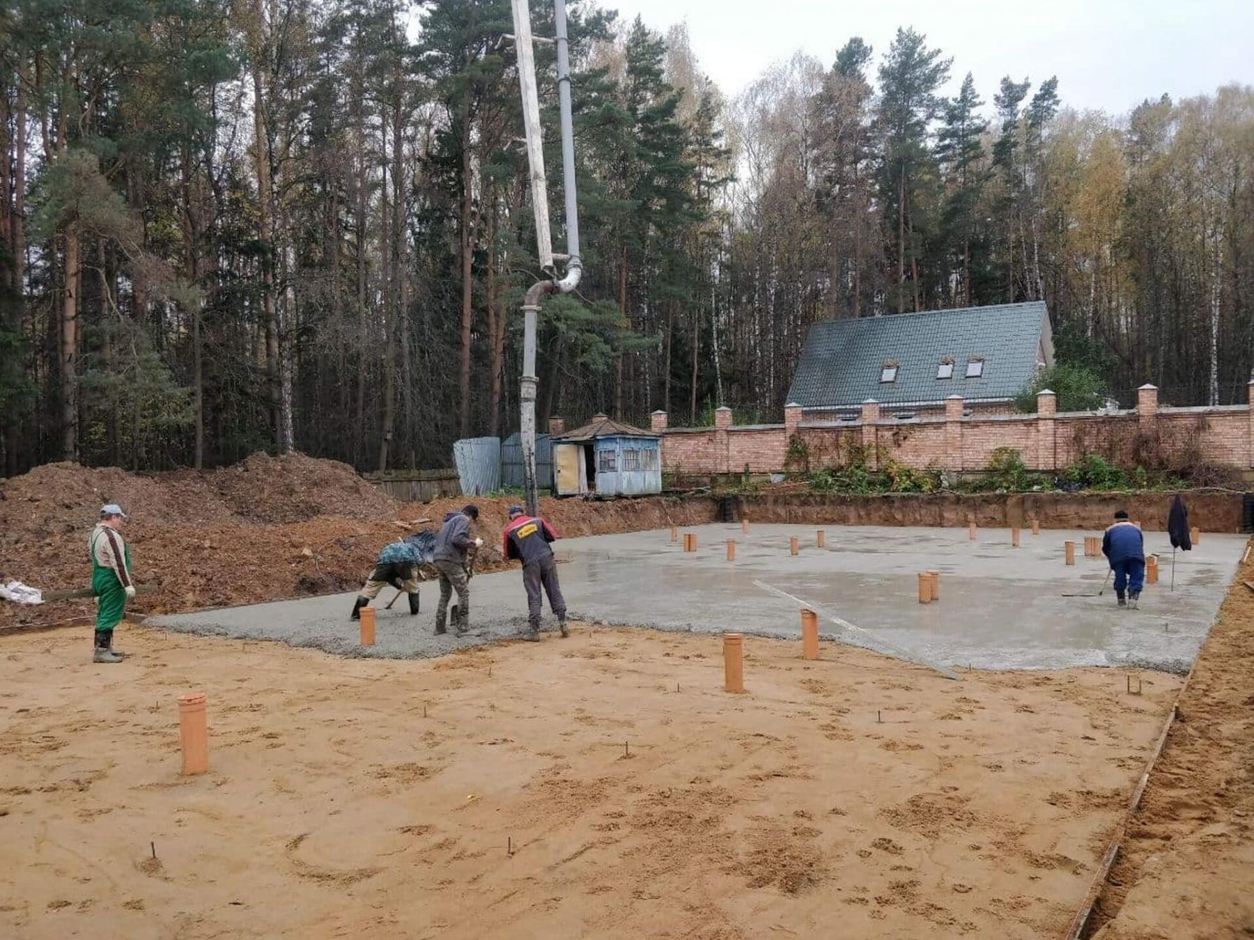 Заливка бетонной подготовки.