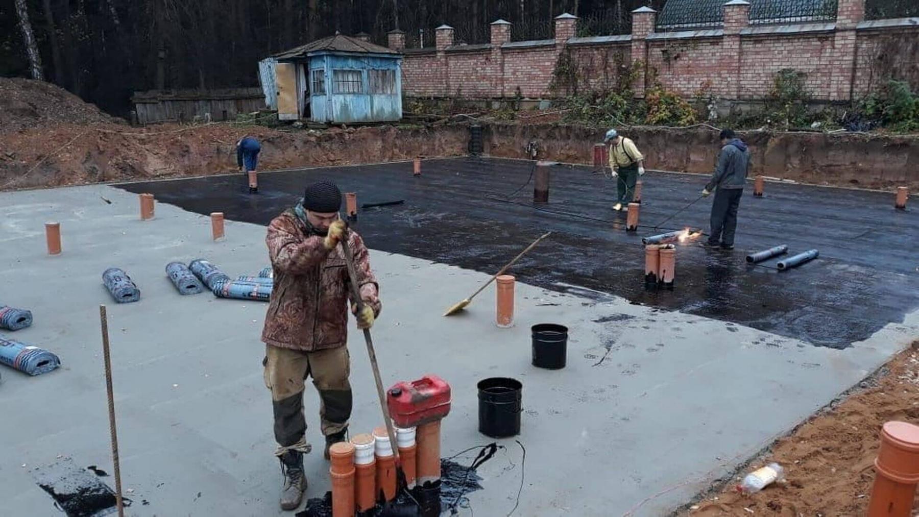 Производится гидроизоляция бетонной подготовки.