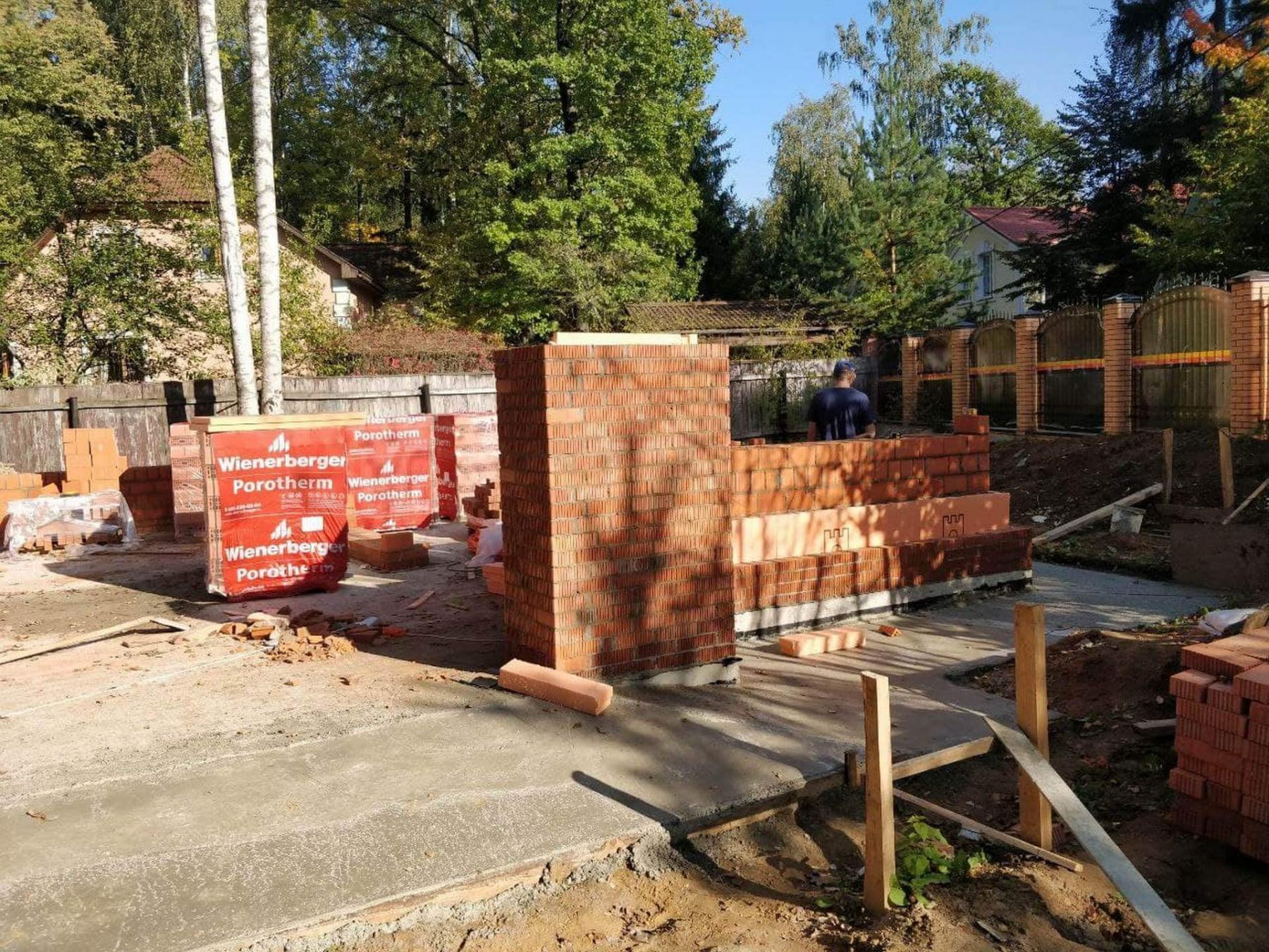 Изготовление кирпичных стен первого этажа гаража