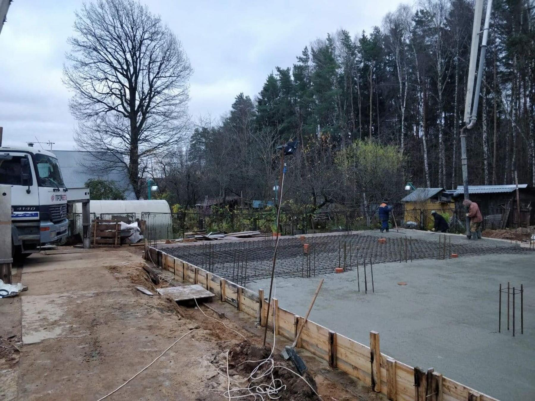 Производится бетонирование фундаментной плиты.