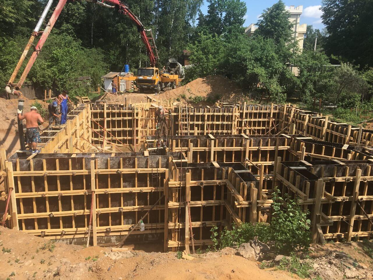 Монтаж опалубки фундаментных стен цокольного этажа