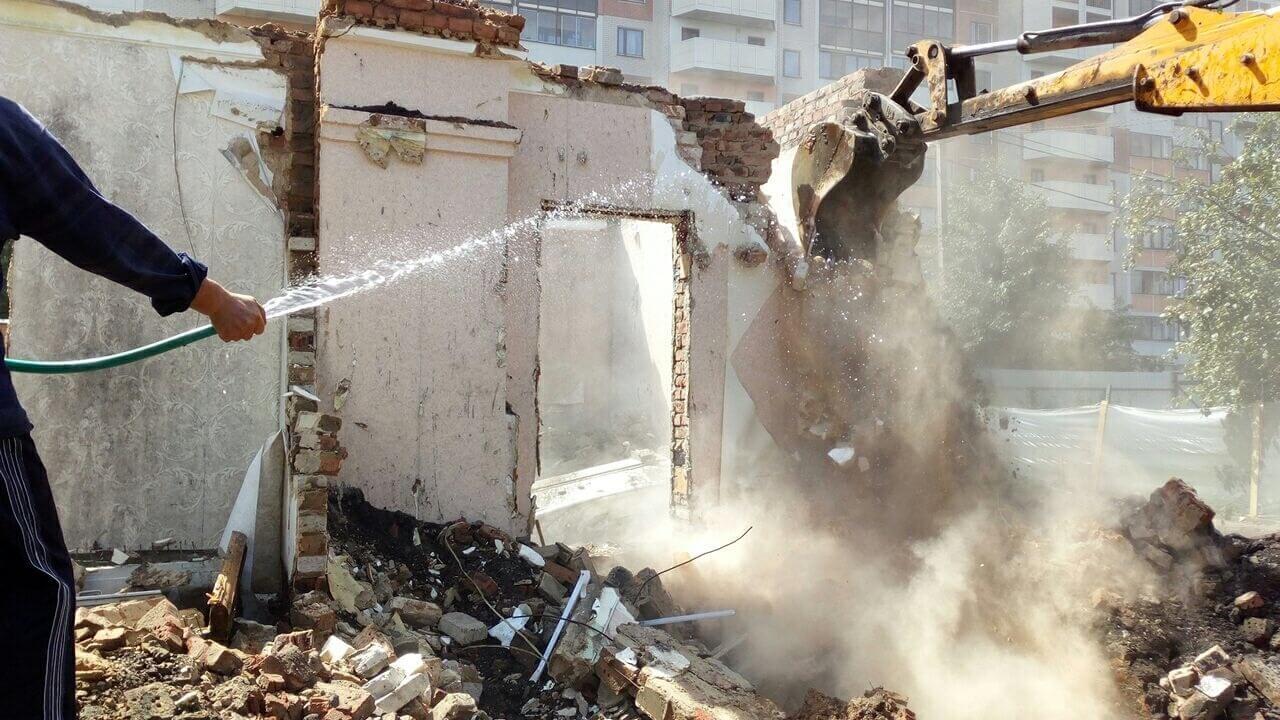 Для уменьшения действия пыли применялся полив водой демонтируемых частей.