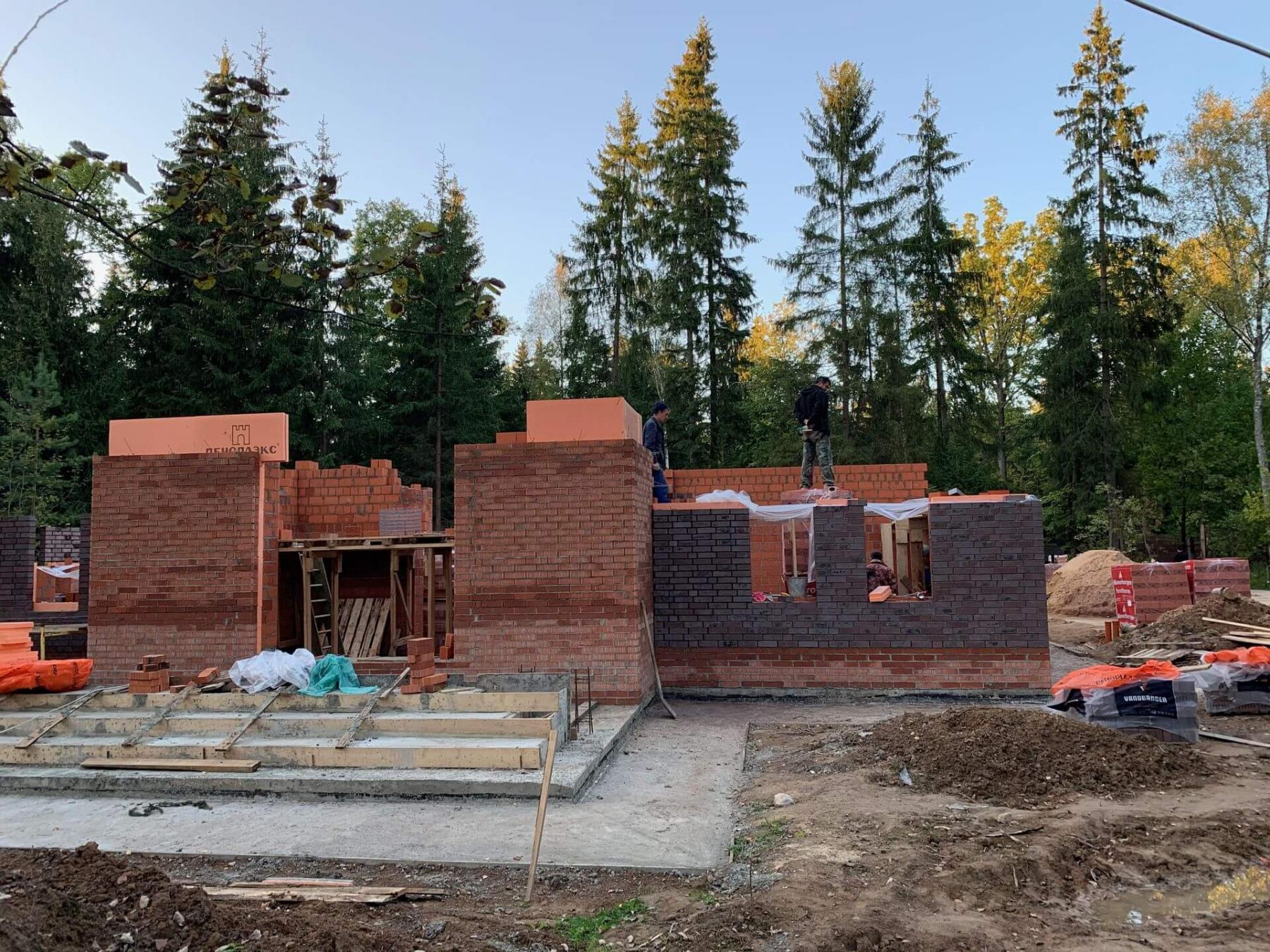 Работы по возведению стен первого этажа