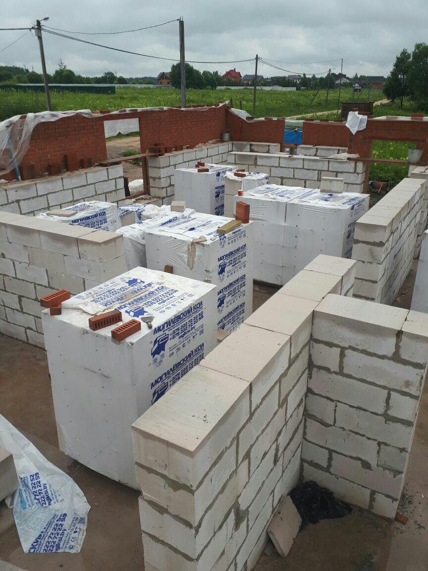 Возведение стен первого этажа